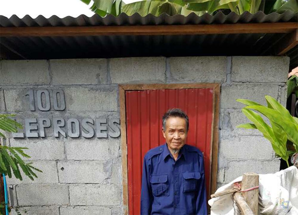 Herr Ponh steht vor seiner Toilette.